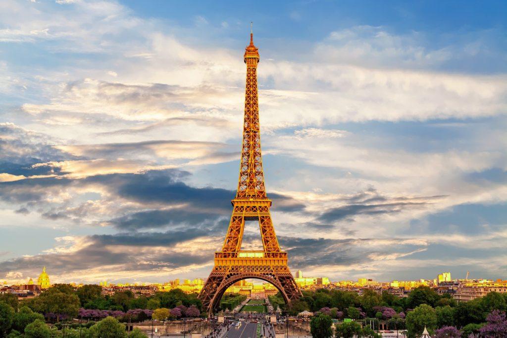 Tour eiffel symbolisant la france. Dans cet article, nous parlons de l'état de la France face au Coronavirus